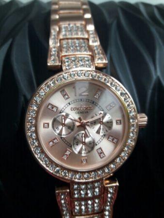 Женские наручные часы с Aliexpress вблизи
