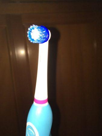 Электрическая зубная щетка на фото