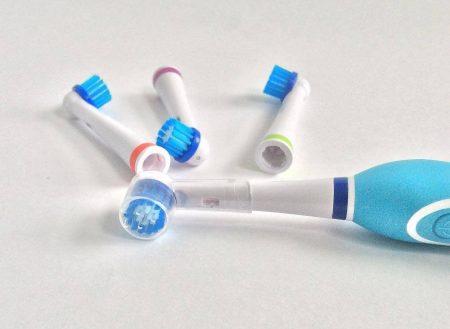 Электрическая зубная щетка и насадки
