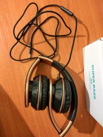Наушники с микрофоном Sound Intone I65 с AliExpress на столе