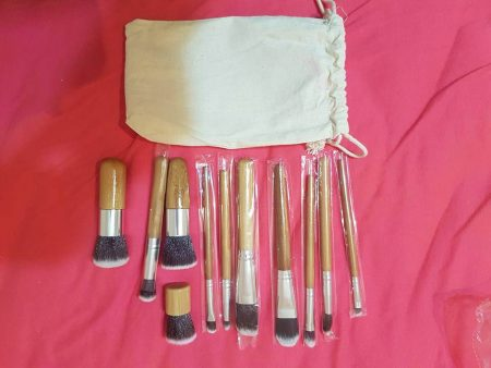 Набор кистей для макияжа с AliExpress на простыне