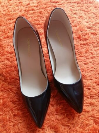 Элегантные женские туфли с AliExpress на коврике