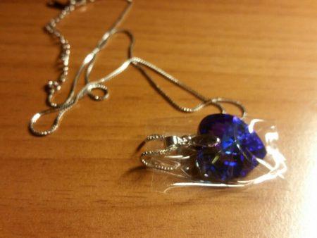 """Ожерелье с подвеской """"Сердце"""" с AliExpress на столе"""