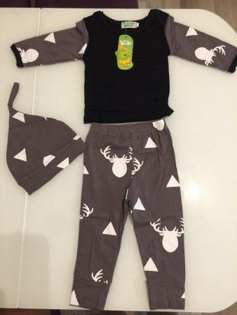Детский комплект одежды с AliExpress на столе