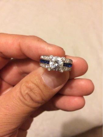 Модное женское кольцо с AliExpress в руке