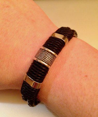 Мужской модный кожаный браслет с AliExpress на руке