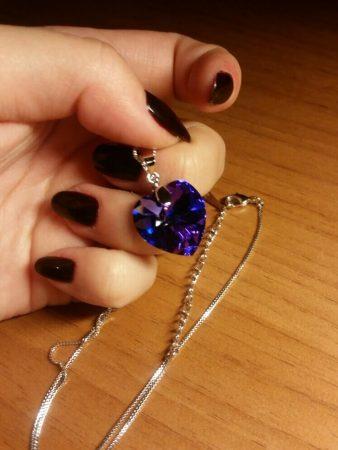 """Ожерелье с подвеской """"Сердце"""" с AliExpress в руке"""