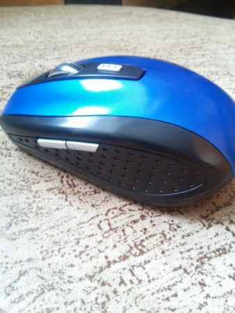 Беспроводная компьютерная мышь с AliExpress сбоку