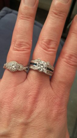 Модное женское кольцо с AliExpress на пальце