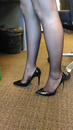 Элегантные женские туфли с AliExpress на девушке