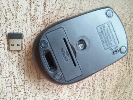 Беспроводная компьютерная мышь с AliExpress на столе