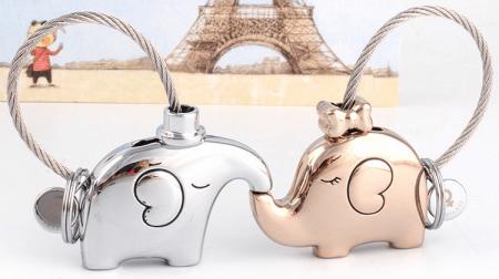 Пара романтических брелоков с AliExpress на картинке