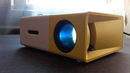 Портативный цифровой проектор с AliExpress на столе