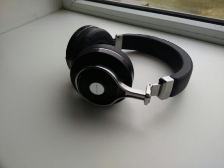 Bluetooth-наушники со встроенным микрофоном с AliExpress на подоконнике