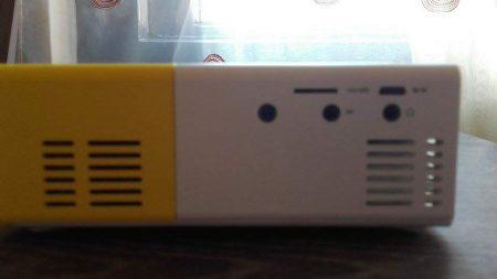 Портативный цифровой проектор с AliExpress сзади