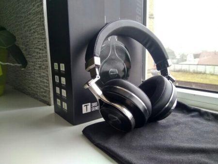 Bluetooth-наушники со встроенным микрофоном с AliExpress возле коробки