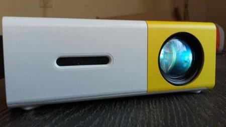 Портативный цифровой проектор с AliExpress вблизи