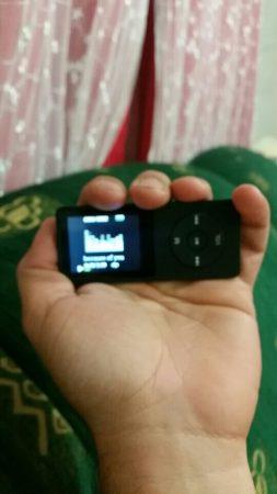 Многофункциональный MP3-плеер с AliExpress в руке