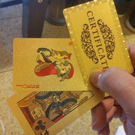 Сертифицированные игральные карты с AliExpress в руке