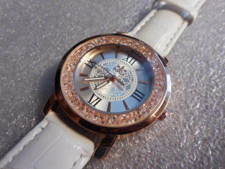 Модные женские наручные часы с AliExpress вблизи
