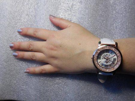 Модные женские наручные часы с AliExpress на руке