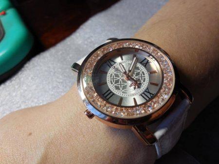 Модные женские наручные часы с AliExpress на девушке