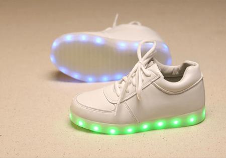 Светодиодные кроссовки для девушек и парней с AliExpress на картинке
