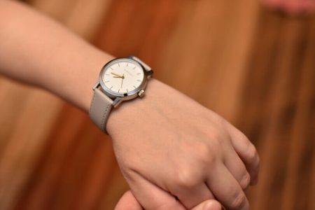 Стильные женские наручные часы с AliExpress на руке