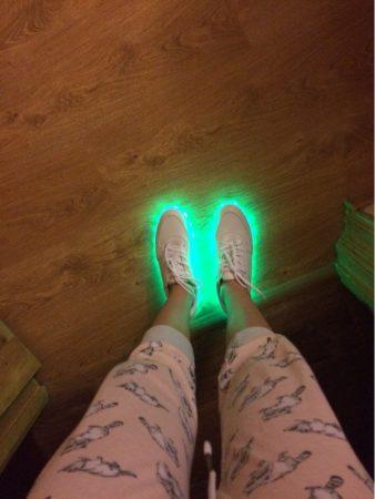Светодиодные кроссовки для девушек и парней с AliExpress внешний вид