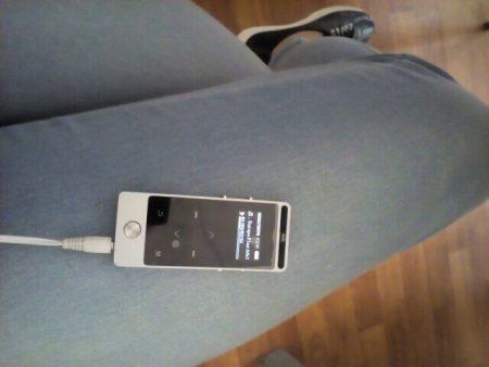 Хороший MP3-плеер с сенсорным экраном с AliExpress на зарядке