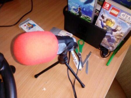 Конденсаторный студийный микрофон с AliExpress на столе